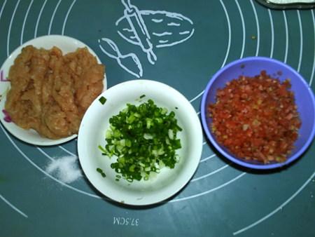 蔬菜肉饼,鸡肉剁成泥,葱洗净切葱花,胡萝卜切成碎末,备用。