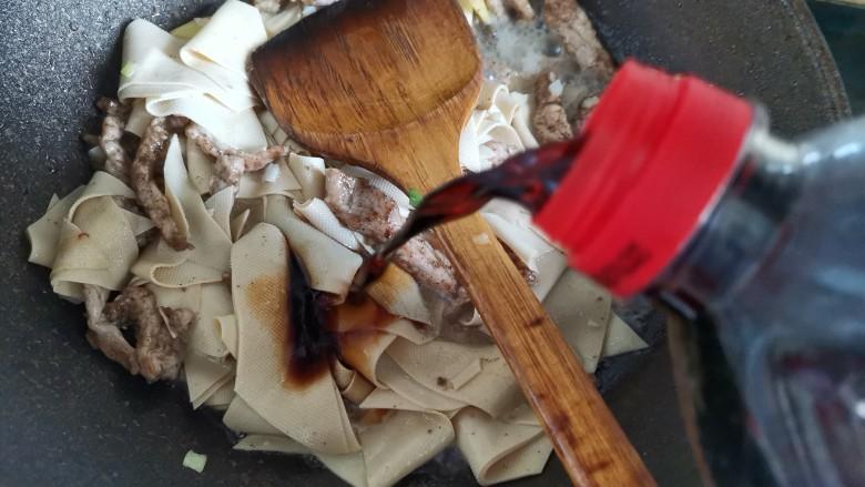 千张肉丝,加入一勺生抽翻炒均匀