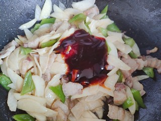 五花肉炒茭白,加适量蚝油,翻炒均匀,即可