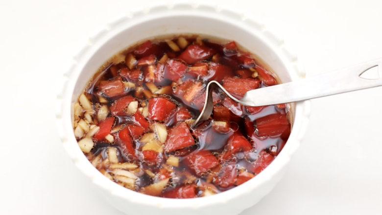 凉拌蒜蓉西兰花,食用油烧热,泼到调料汁里,搅拌均匀备用。