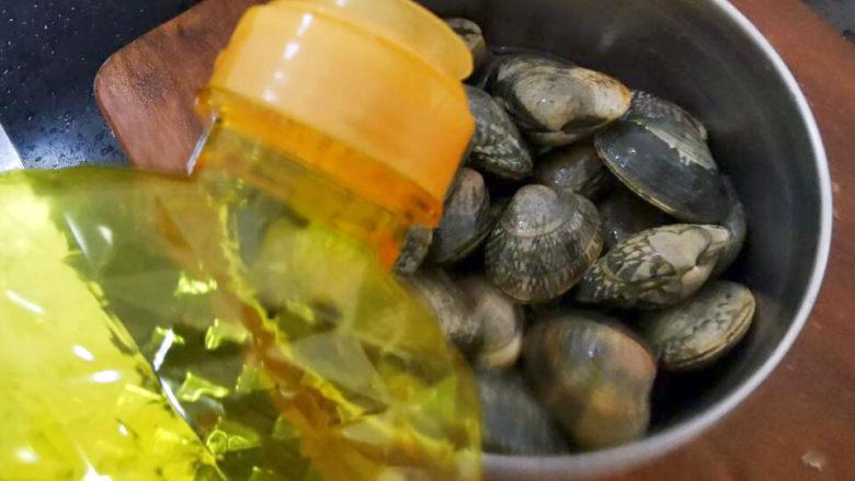 花蛤丝瓜汤,花蛤加点油泡水好去沙