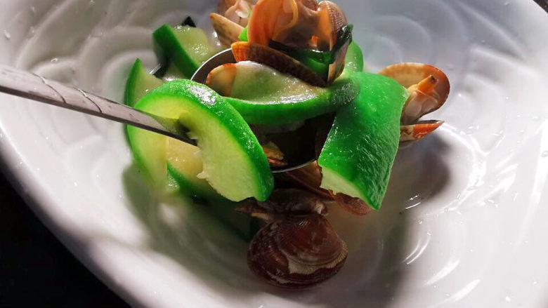 花蛤丝瓜汤,先将食材舀入汤碗,再倒入汤,操作更安全