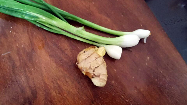 花蛤丝瓜汤,葱切段,姜切片