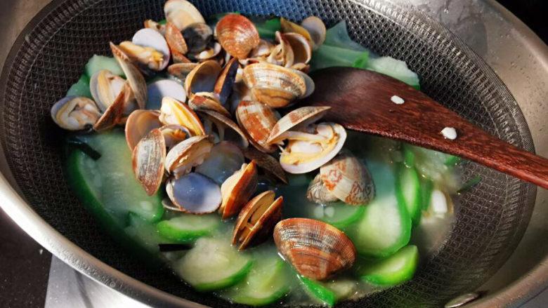 花蛤丝瓜汤,拌匀,加盐及胡椒粉
