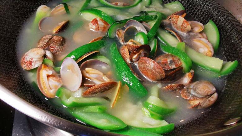 花蛤丝瓜汤,一会儿,丝瓜与花蛤还会涨水出来啦