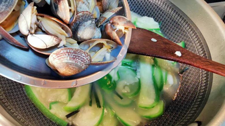 花蛤丝瓜汤,花蛤倒入丝瓜中