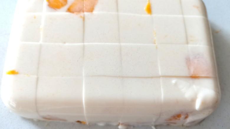 芒果布丁,冻好的布丁倒扣出切成小块