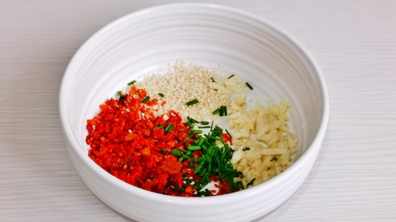 凉拌蒜蓉西兰花,辣椒,芝麻,蒜末,葱花放入碗中。