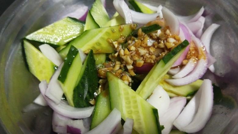 洋葱拌牛肉,搅拌均匀倒在凉菜上搅拌均匀