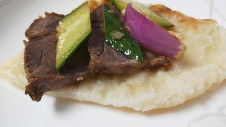 洋葱拌牛肉,裹在大饼上吃,一口下去那叫一个满足