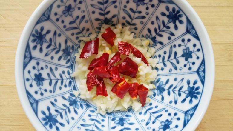 凉拌蒜蓉西兰花,<a style='color:red;display:inline-block;' href='/shicai/ 86464'>干红辣椒</a>掰成小段,和蒜蓉一起放入小碗里。