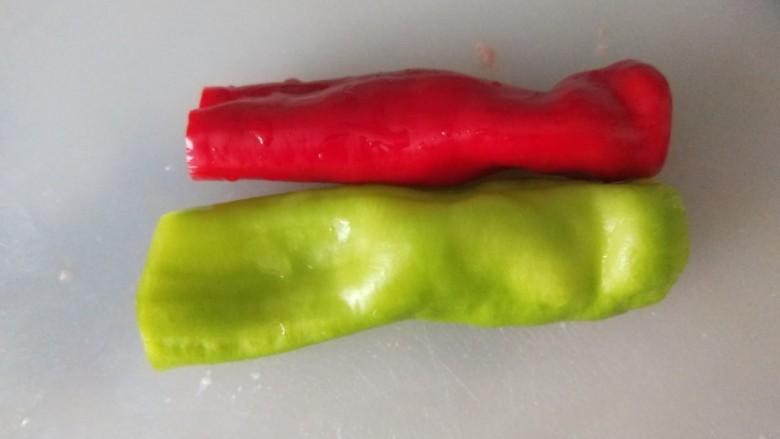 五花肉炒茭白,青红椒个一半切成四半。
