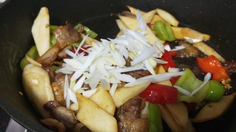 五花肉炒茭白,最后撒上葱花炒均匀即可。