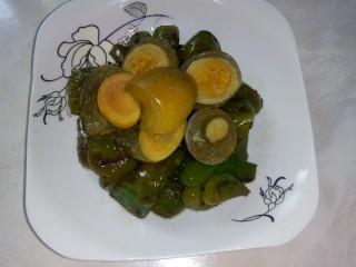 皮蛋炒青椒,盛入盘中。