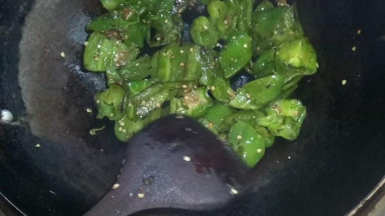 皮蛋炒青椒,炒至起虎皮。