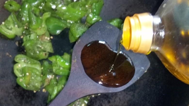 皮蛋炒青椒,加油大火翻炒,加盐炒匀。