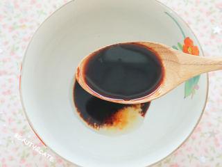 夜宵不吃点撸串?你的夏天就白过了!,先来调酱汁,碗里放入半勺盐、半勺糖、1勺料酒、2勺生抽、1勺老抽、1勺蚝油搅拌均匀。