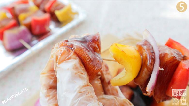 夜宵不吃点撸串?你的夏天就白过了!,用竹签把鸡肉、洋葱、辣椒依次串好,给鸡肉串刷上一层油。
