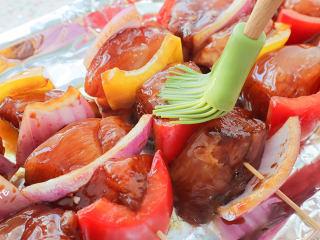 夜宵不吃点撸串?你的夏天就白过了!,撒上辣椒粉和孜然粉,放入烤箱,用190度烤10分钟。