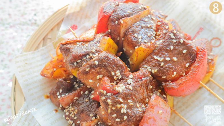 夜宵不吃点撸串?你的夏天就白过了!,取出撒上白芝麻装盘,香辣孜然鸡肉串就做好啦,开吃吧~