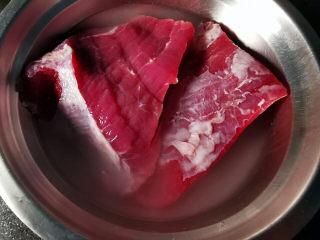 洋葱拌牛肉,加入清水,浸泡半小时