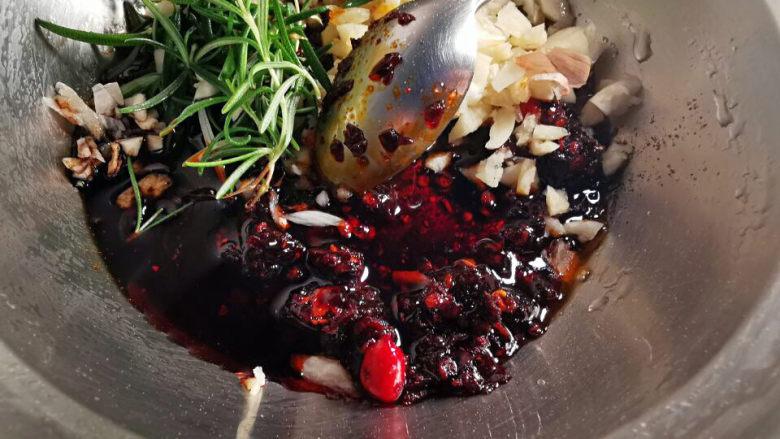 洋葱拌牛肉,拌料里加入蒜末及迷迭香
