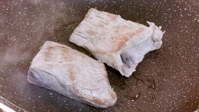 洋葱拌牛肉,牛肉下锅煎