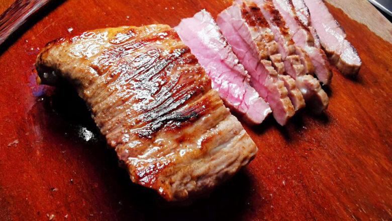 洋葱拌牛肉,煎至金黄带焦香即可取出,不烫手时,再切片