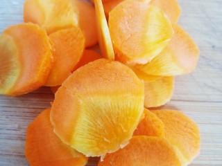 凉拌蒜蓉西兰花,剪成几个小圆片。