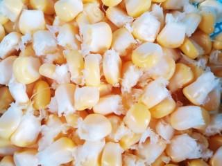 凉拌蒜蓉西兰花,准备适量玉米粒。