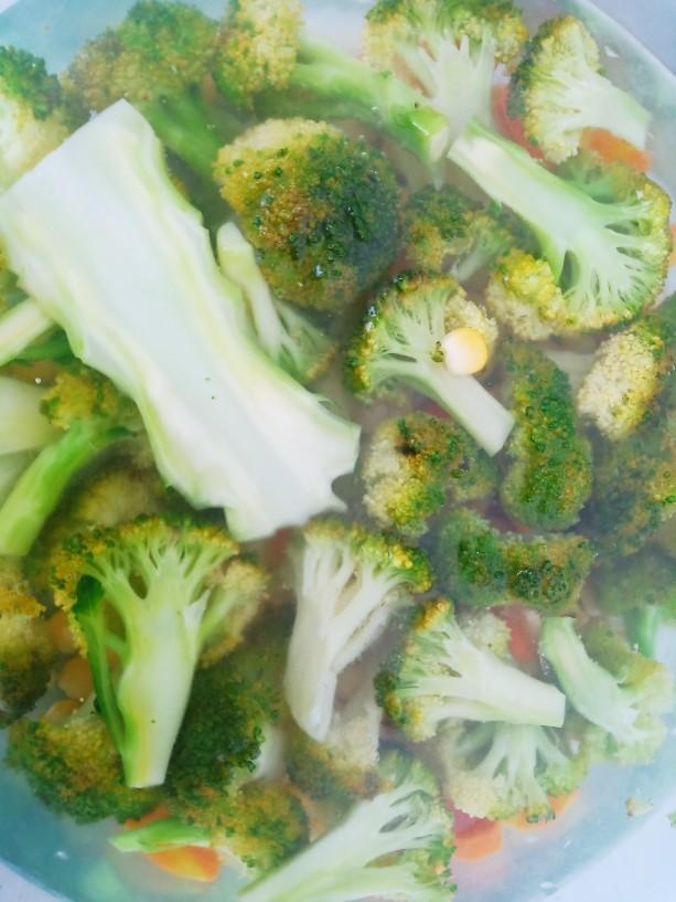 凉拌蒜蓉西兰花,捞出过冷水备用。