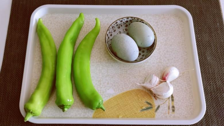 皮蛋炒青椒,食材准备好。