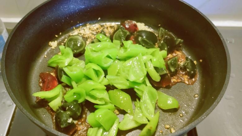 皮蛋炒青椒,倒入炒好的青椒。