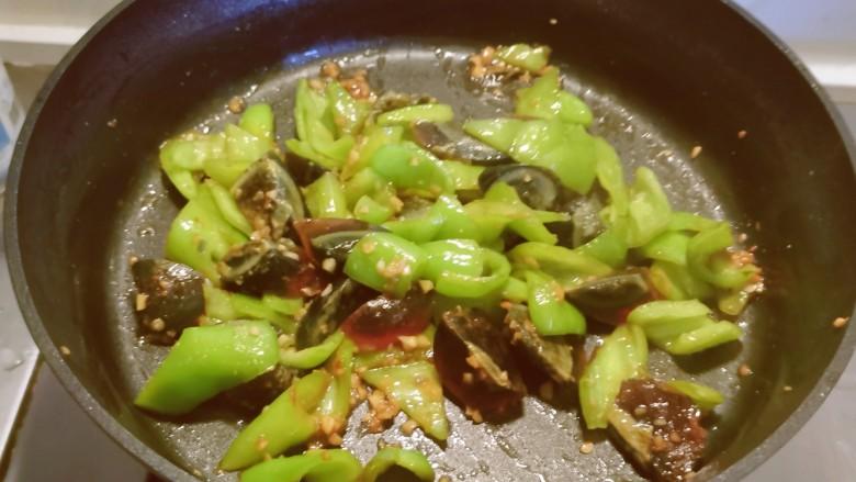 皮蛋炒青椒,快速翻拌出锅。