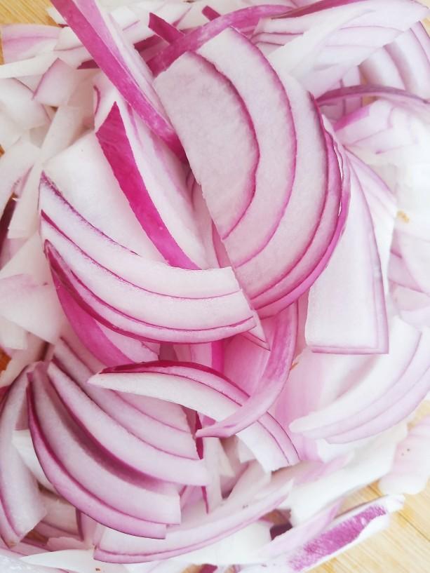 洋葱拌牛肉,切成较细的丝。