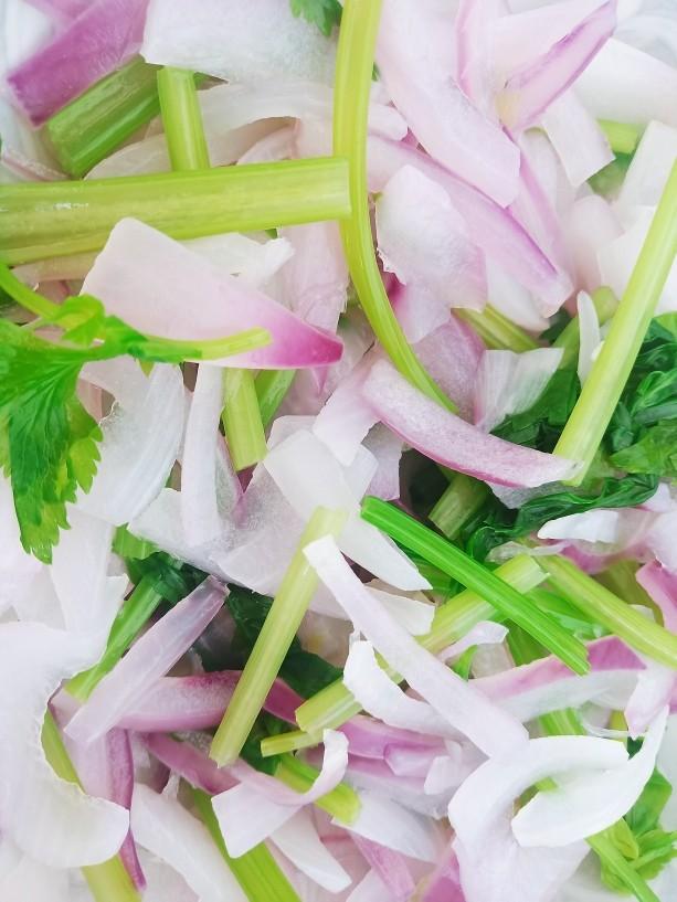 洋葱拌牛肉,捞出过冷水控干水分,放入碗底。
