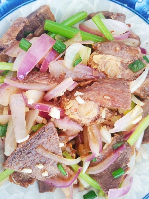 洋葱拌牛肉,调拌均匀即可。