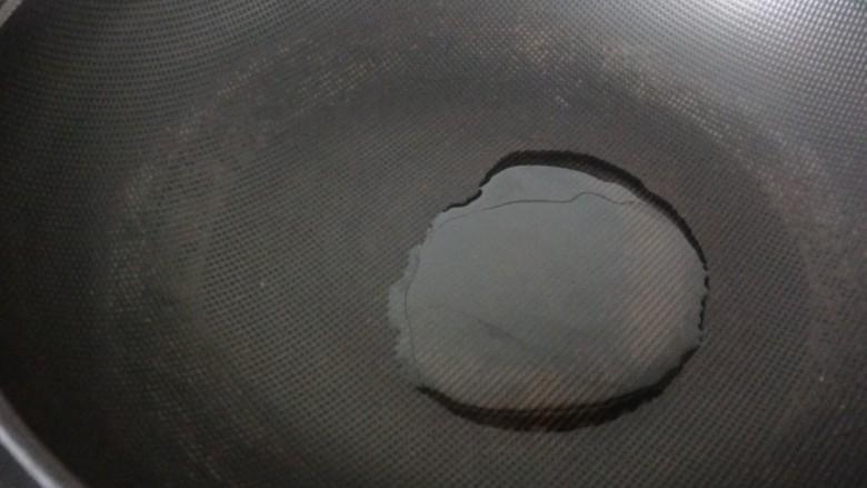 辣炒鱿鱼丝,起锅烧热油