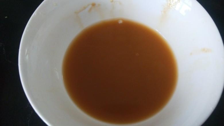 辣炒鱿鱼丝,加入适量生抽和水