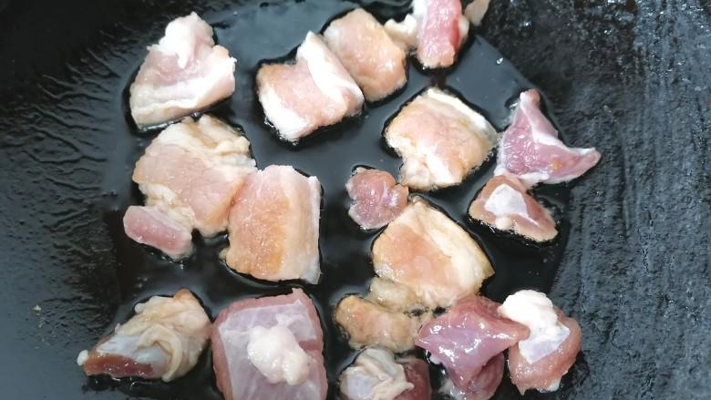五花肉炒茭白,锅内放油烧热放入五花肉煸炒