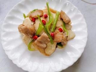 五花肉炒茭白,装盘放上辣椒点缀