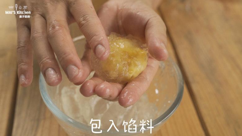 适合和孩子一起DIY的星冰粽,取适量水晶粉,压扁,包入炒好的馅料。