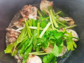 鱼头豆腐汤,等鱼的表面微黄时加入水芹和葱姜蒜炒出香气。