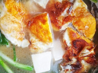 鱼头豆腐汤,水开后加入豆腐和荷包蛋。