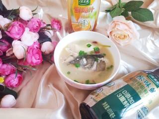 鱼头豆腐汤,撒上葱花和枸杞,美味完成!