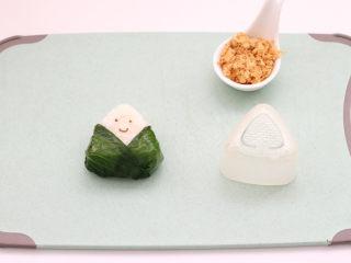 宝宝版端午卡通粽子,用海苔剪出卡通表情按到饭团上。