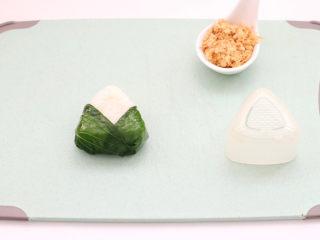 宝宝版端午卡通粽子,用油菜叶包裹住压好的饭团。