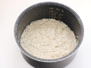 宝宝版端午卡通粽子,大米和糯米洗净后,放入电饭煲内胆里。