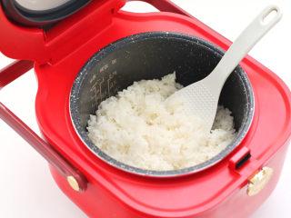 宝宝版端午卡通粽子,煮熟的米饭加入寿司醋打散后放至温凉。