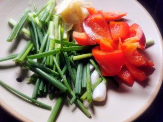 五花肉炒茭白,红椒切块,葱切段